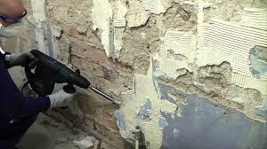 Кърти в София мазилка от тухлени стени